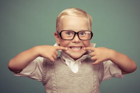 緑の背景に明るい笑顔おかしい男の子。