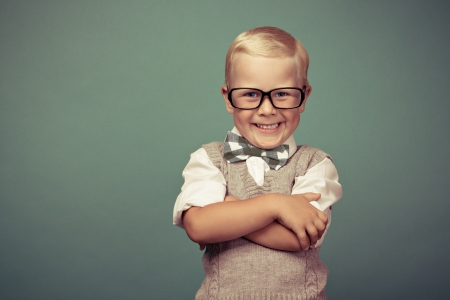 teacher student: Alegre sonriente divertida en un fondo verde.