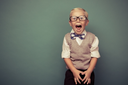 녹색 배경에 명랑 웃는 재미있는 소년.