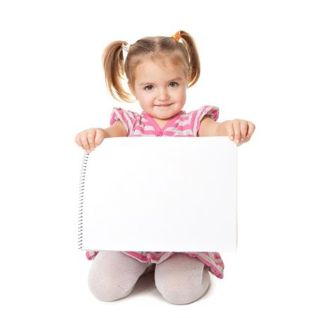 흰색 배경에 흰색 시트와 아이. 광고 개념