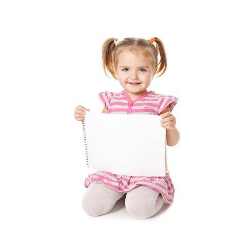 criança com folha branca sobre um fundo branco. Conceito Anúncio Imagens