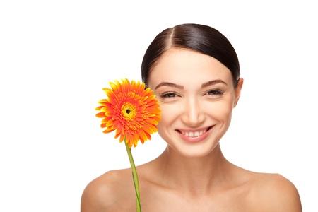 Retrato de uma bela mulher sorridente com uma flor. Tomado no estúdio. Imagens