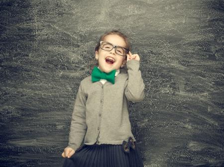 Menina de sorriso bonita em um conceito de fundo preto Escola