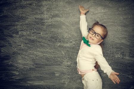 검정색 배경에 아름 다운 웃는 소녀. 학교 개념