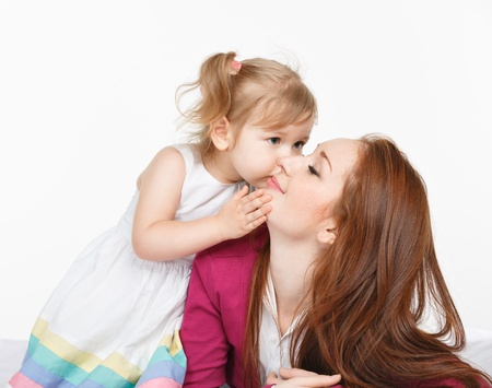 행복 한 여자와 어린 소녀 (자식) 침대에서 웃 고. 어머니의 날 개념 스톡 콘텐츠