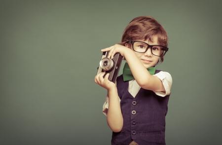 인스턴트 카메라를 들고 명랑 웃는 아이 (소년)