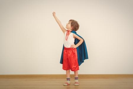 파란색 비옷에 재미있는 작은 전원 슈퍼 영웅 아이 (소년).