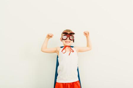 파란색 비옷에 재미있는 작은 전원 슈퍼 영웅 아이 (소년). 슈퍼 히어로의 개념