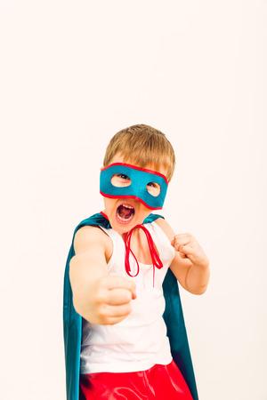 파란색 비옷 슈퍼 히어로의 개념에 재미있는 작은 전원 슈퍼 영웅 아이 소년 스톡 콘텐츠