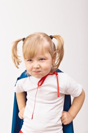 파란색 비옷에 재미있는 작은 전원 슈퍼 영웅 아이 (소녀). 슈퍼 히어로의 개념