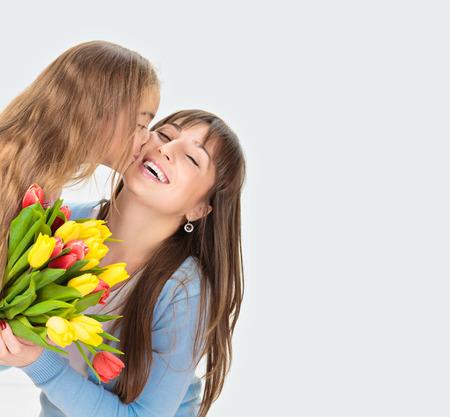 Imagem de mãe e filha com flores. Conceito do dia Mãe
