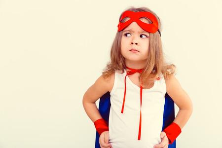 Grappig weinig stroom super held kind (meisje) in een blauwe regenjas
