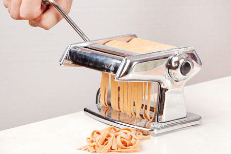 hand crank: the process of making noodles using pasta maker