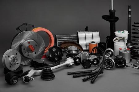 Nieuwe auto wielen en filters op een grijze achtergrond. Parts-up op een grijze achtergrond
