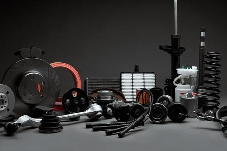 Nieuwe auto-onderdelen op een grijze achtergrond close-up. Winkel voor auto Stockfoto