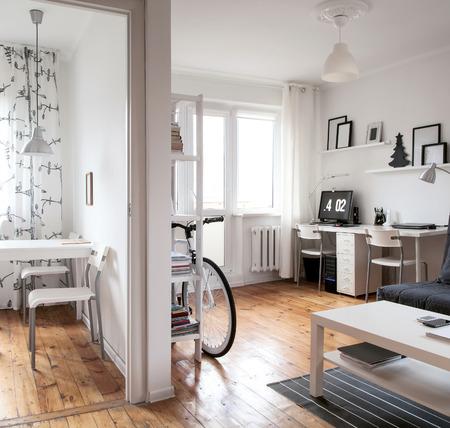 Modern minimalistisch binnenland voor jong gezin. Modern appartement interieur in Scandinavische stijl