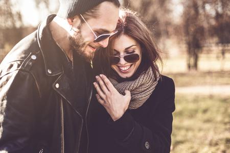 retrato de una pareja joven con estilo hermosa en parque del otoño
