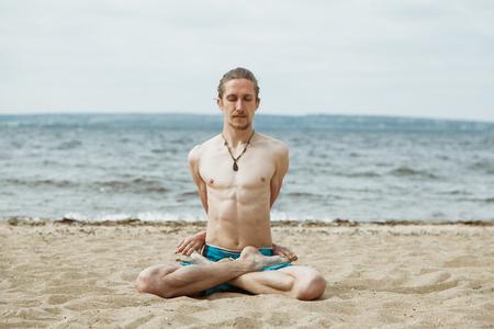 nue plage: m�diter m�le adulte, la pratique du yoga en plein air sur la plage