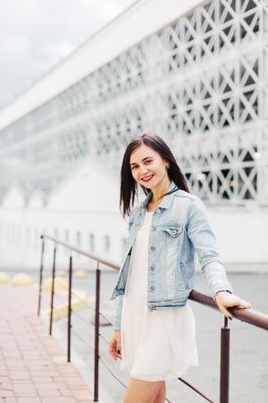 Portret van ambitieus meisje in een stedelijke omgeving Stockfoto