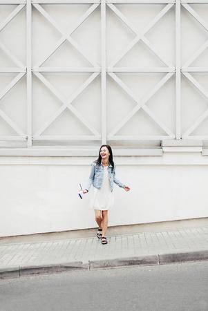 Vrolijk meisje met plezier in de stad en drinken koffiecocktail Stockfoto