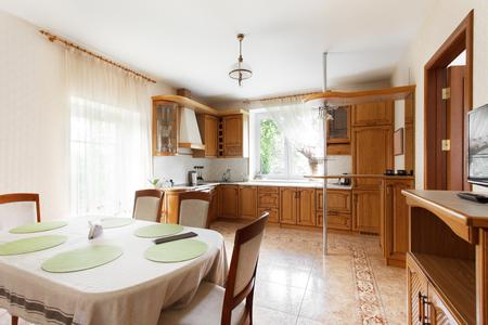 Keuken gecombineerd met de eetkamer in het herenhuis. Interieur ontwerp
