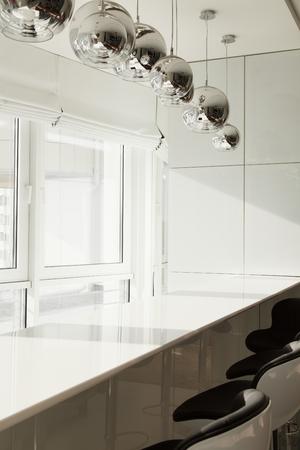Ontbijtbar in een modern appartement in een groot raam. De keuken in heldere kleuren Stockfoto