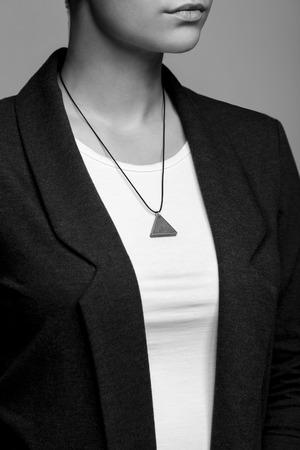 Ritratto di un primo piano ragazza con un ciondolo di cemento intorno al collo Archivio Fotografico - 66804367