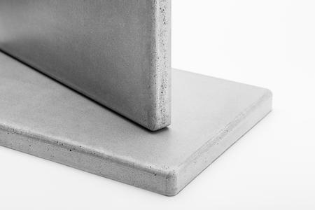 Twee panelen van beton op een witte achtergrond close-up