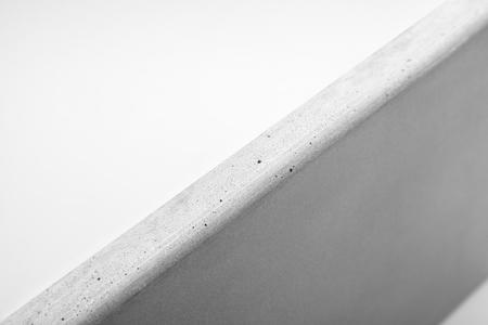 Close-up van natuurlijk betonnen aanrecht tegen een witte achtergrond Stockfoto