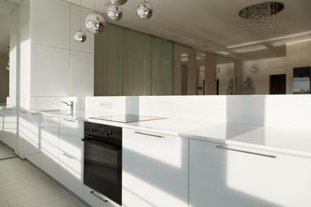 Interieurstudio appartementen ontwerp in minimalistische stijl en witte kleuren. High Tech