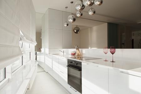 Modern interieur studio-appartementen in minimalistische stijl en witte kleuren. Interieurontwerp in de stijl van hightech