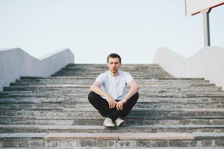 De jonge man voelt zich eenzaam in de grote stad