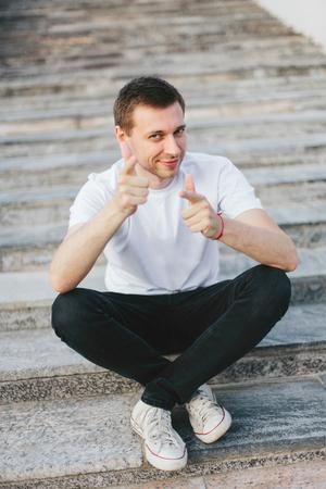 Jonge zakenman ondervindt de vreugde van het succes van een opstart