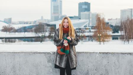 Mooi en vrolijk meisje verheugt zich op een ontmoeting met een vriend Stockfoto