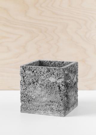 Brutale grijze pot beton voor binnenhuisplanten Stockfoto