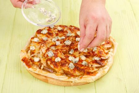 Het proces van het maken van taart met appels en kaas DorBlu. Dessertpizza met appelen en kaas.