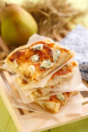 Plakjes heerlijke pizza met appels en blauwe kaas. Close-up op plakken van kaaspizza en appelen