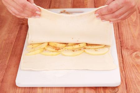 Bloemdeeg voorbereiden met appels voor het bakken van taart