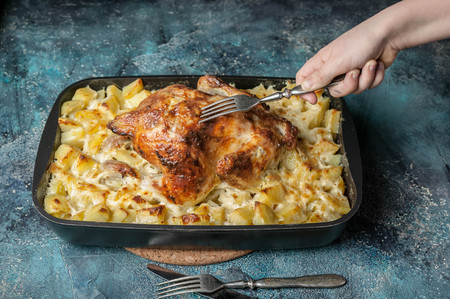 Baked chicken and cheese potatoes in cast iron Imagens