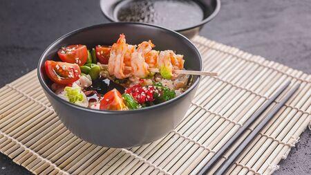Gebakken rijst met groenten, bonen en garnalen. Aziatisch eten. Ruimte kopiëren