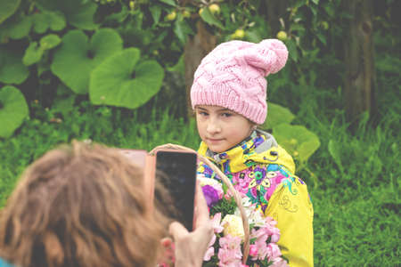 Mom takes a smartphone photo of her daughter Lifestyle photo Stok Fotoğraf