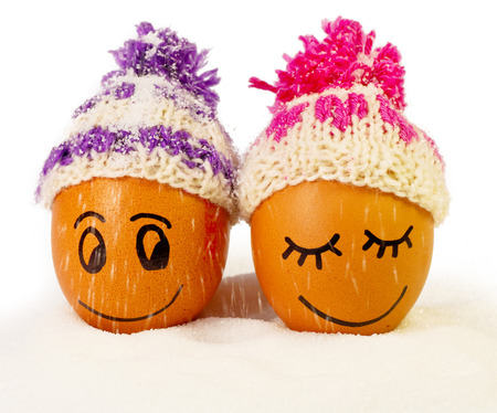 huevo caricatura: huevos funnylovely en sombreros de invierno y el az�car como una nieve. juntos es m�s c�lido. Foto de archivo