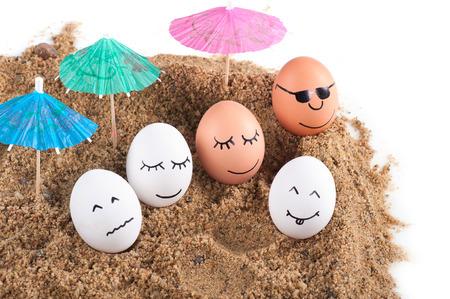 ostern lustig: ostern lustig Eier unter Regenschirm auf einem Sand.