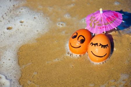 ostern lustig: ostern lustig Eier unter Sonnenschirm am Strand.