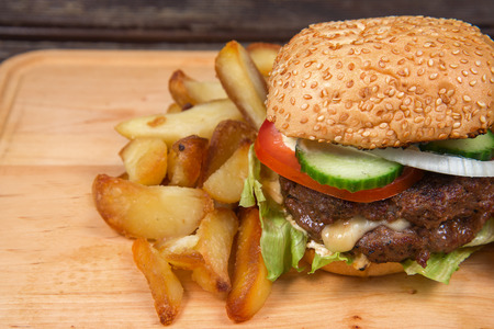 pomme: Fast food hamburger and french fries on a wooden plate