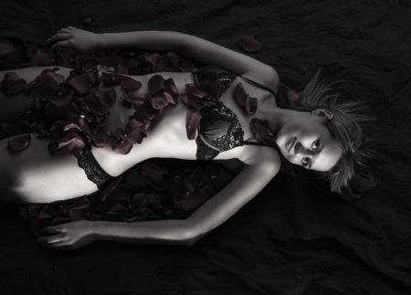 femme noire nue: Belle Femme nue avec de la lingerie de p�tales de rose Banque d'images
