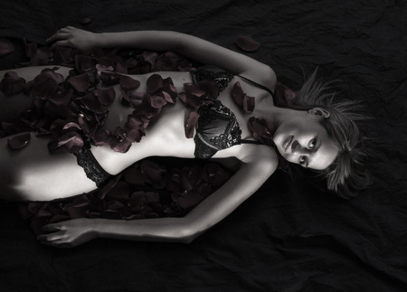 mujeres negras desnudas: Hermosa mujer desnuda con ropa interior en los pétalos de Rose