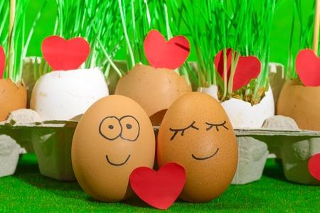 Dos huevos divertidos celebrando pascua