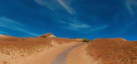 砂丘で木製の道。