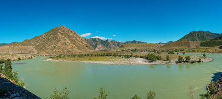 Scenic views of the Turquoise Katun river and the Altai mountains in autumn, Russia 版權商用圖片